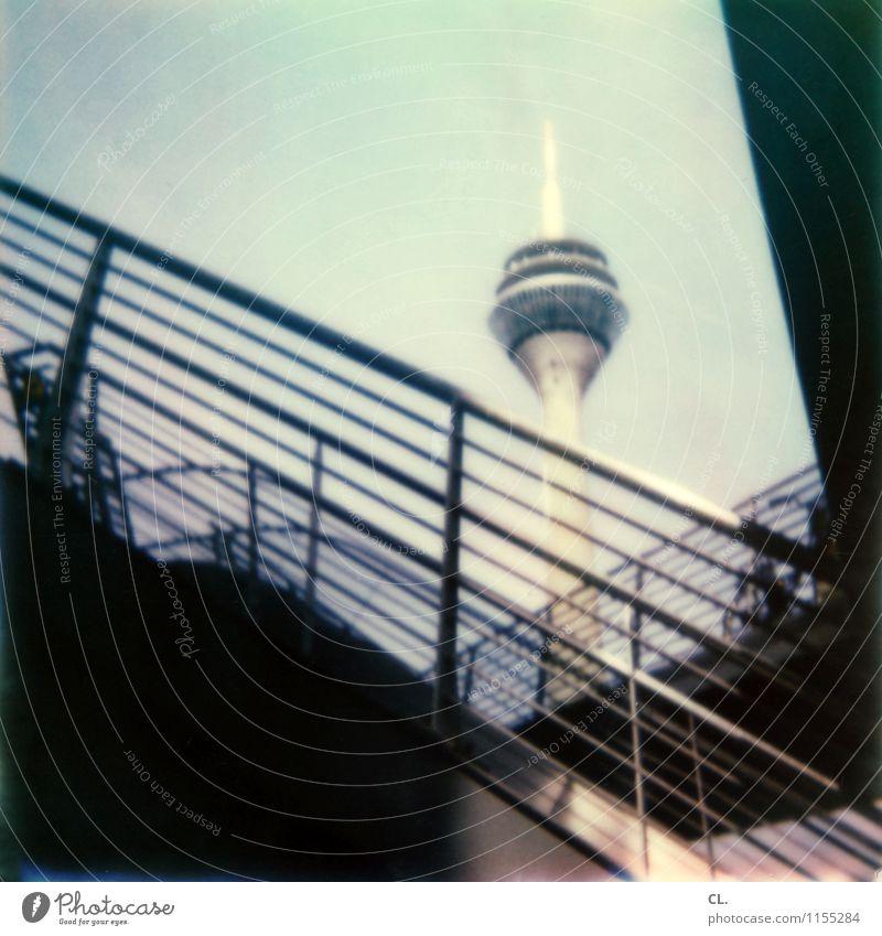 D Himmel Schönes Wetter Düsseldorf Stadt Treppe Treppengeländer Sehenswürdigkeit Wahrzeichen Rheinturm Farbfoto Außenaufnahme Polaroid Menschenleer Tag