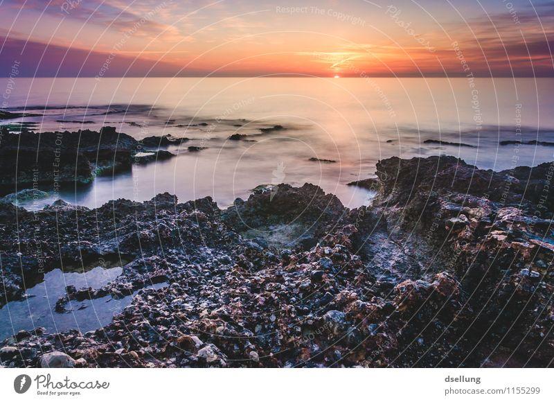 ein schöner Tag. Landschaft Wasser Himmel Wolken Sonnenaufgang Sonnenuntergang Sommer Schönes Wetter Felsen Wellen Küste Mittelmeer orange rot schwarz Romantik