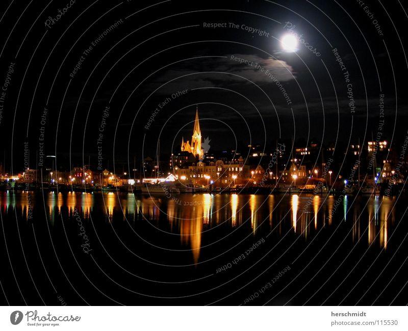 Flensnight Wasser Himmel schwarz Wolken dunkel Kirche Nachthimmel Skyline Mond Norden Wasseroberfläche Mondschein Flensburg Hafenstadt Wasserspiegelung Kirchturmspitze