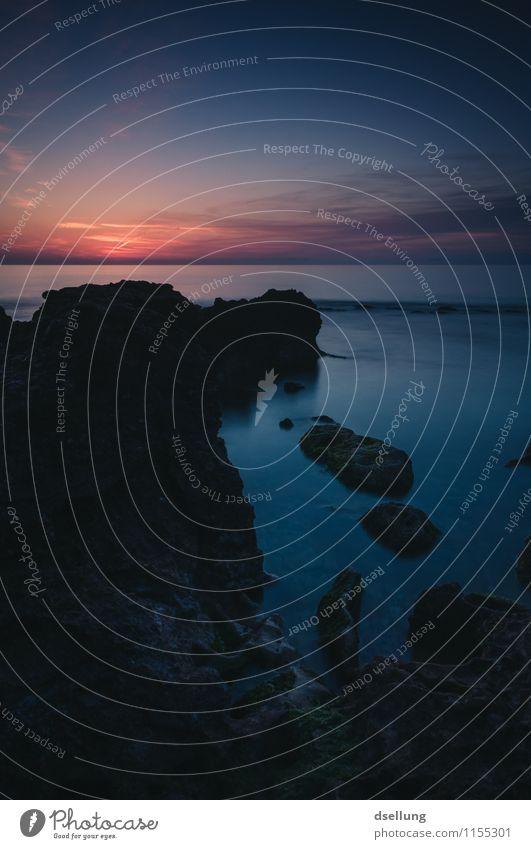 kurz vor Sonnenaufgang. Landschaft Wasser Himmel Wolken Horizont Sonnenuntergang Sommer Schönes Wetter Felsen Wellen Küste Meer Mittelmeer dunkel fantastisch