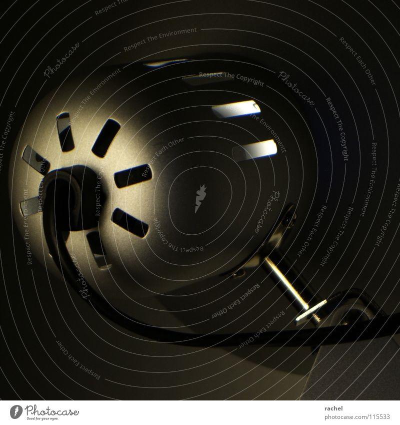 minimal IV schwarz dunkel kalt Wärme Traurigkeit Metall Lampe hell Beleuchtung Arbeit & Erwerbstätigkeit glänzend Energiewirtschaft ästhetisch Häusliches Leben Feder Elektrizität