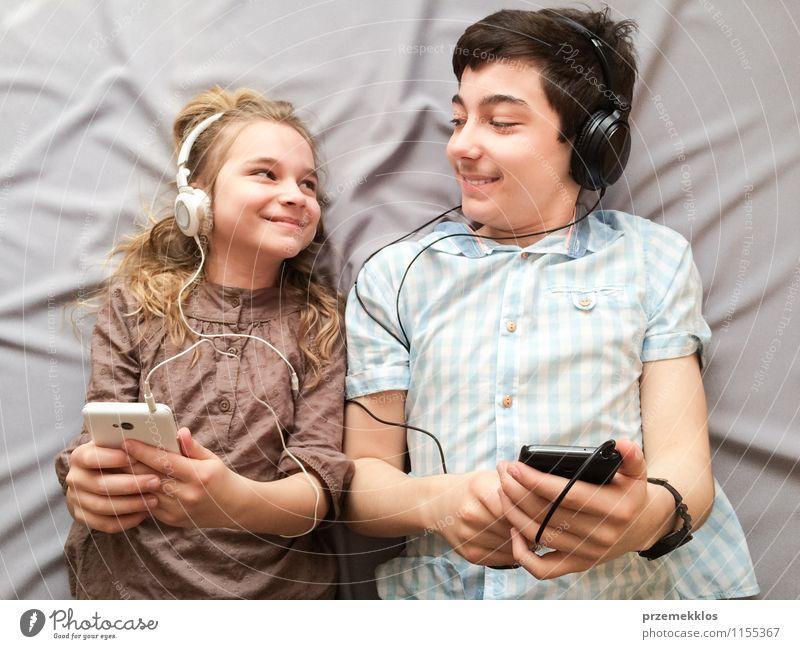 Musik klingt besser zusammen Freude Glück Mädchen Junge Geschwister Bruder Schwester Familie & Verwandtschaft 2 Mensch 13-18 Jahre Kind Jugendliche brünett