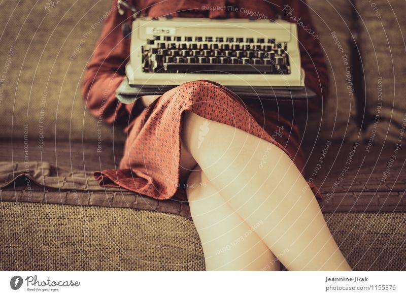 Homeoffice Mensch Frau Jugendliche rot 18-30 Jahre Erwachsene feminin Beine braun Business Arbeit & Erwerbstätigkeit Büro sitzen warten Kommunizieren retro