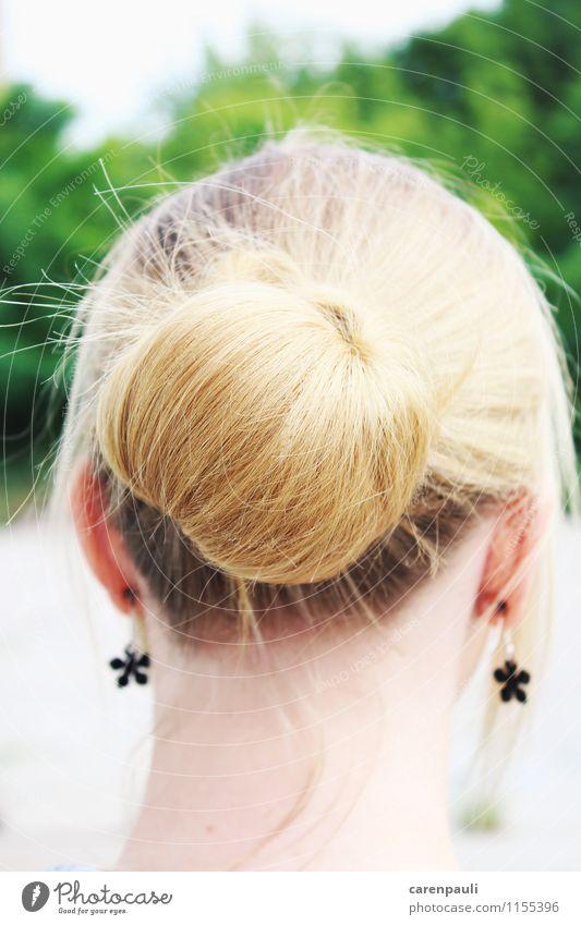 Dutt Stil feminin Junge Frau Jugendliche Haare & Frisuren 1 Mensch 18-30 Jahre Erwachsene Schönes Wetter Ohrringe blond Zopf glänzend trendy mehrfarbig