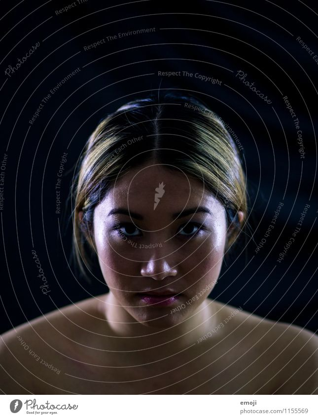 schwarz feminin Junge Frau Jugendliche Kopf Gesicht 1 Mensch 18-30 Jahre Erwachsene dunkel einzigartig Asiate Farbfoto Innenaufnahme Studioaufnahme