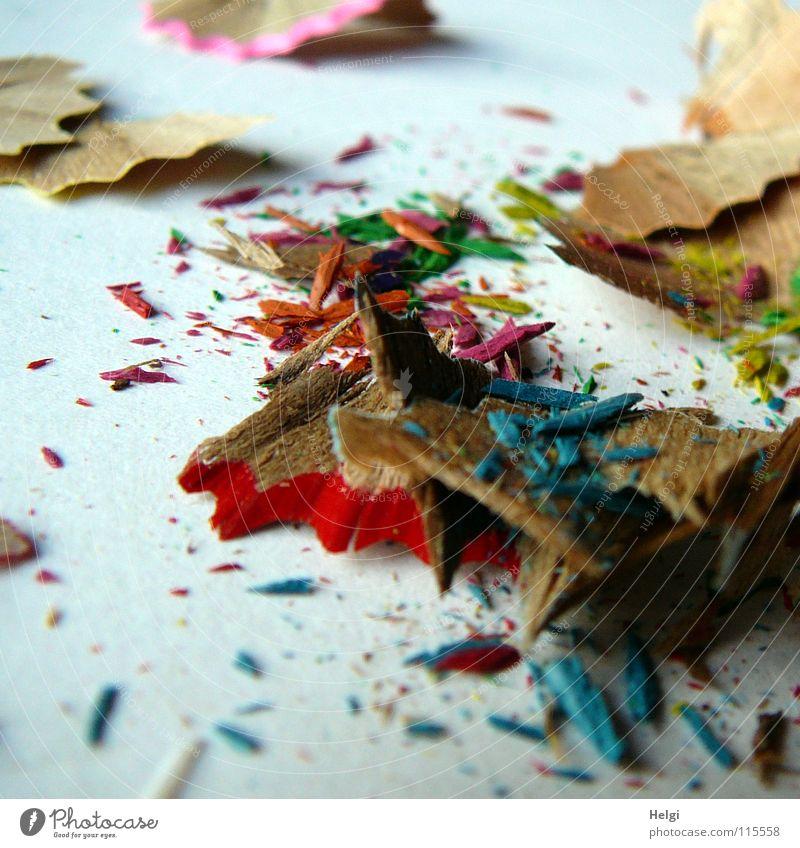Abfall vom Anspitzen der Buntstifte Schreibstift Farbstift angespitzt Anspitzer Müll Rest Holz Gesichtsausdruck Schnipsel klein flach dünn Zacken rot grün rosa