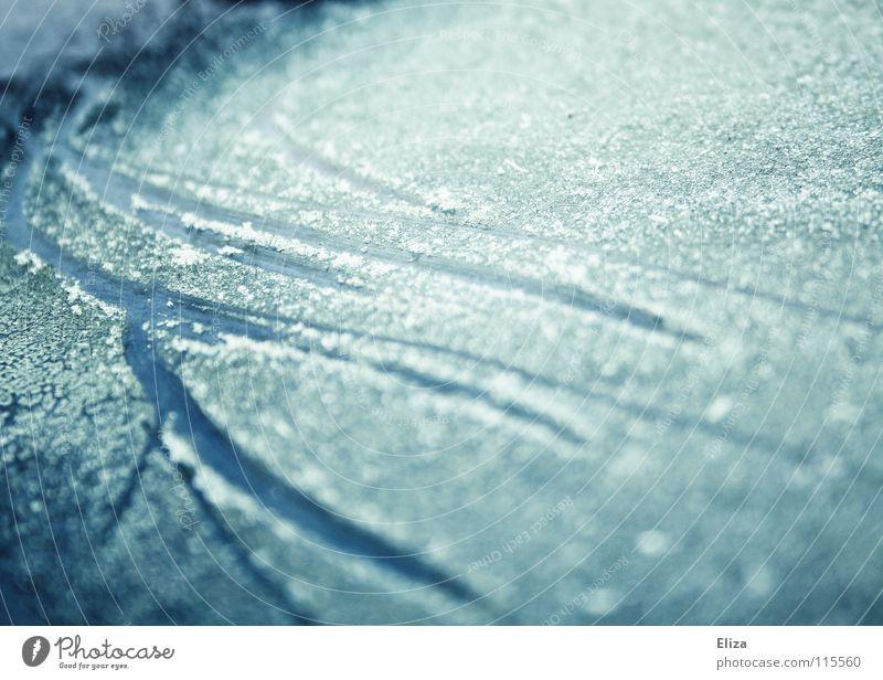 Spuren auf gefrorenem blauen Hintergrund Kratzer Eiskratzen See kalt Eiskristall Wintersport Eisfläche Schnee glänzend bläulich eisig Scheibe Schlittschuhlaufen