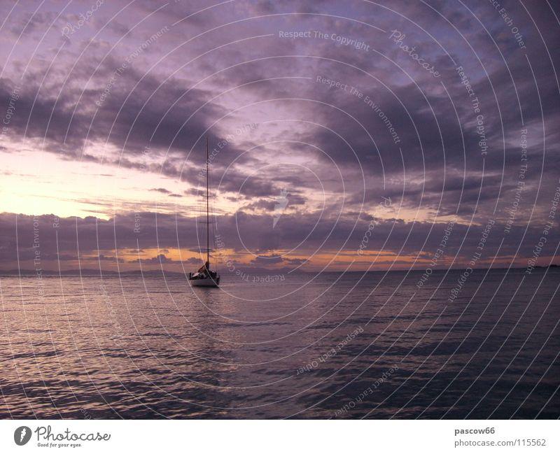 Einsames Segelboot Wasserfahrzeug Thailand Einsamkeit Segeln Meer bedrohlich Sonnenuntergang Abenteuer Asien Himmel Freiheit