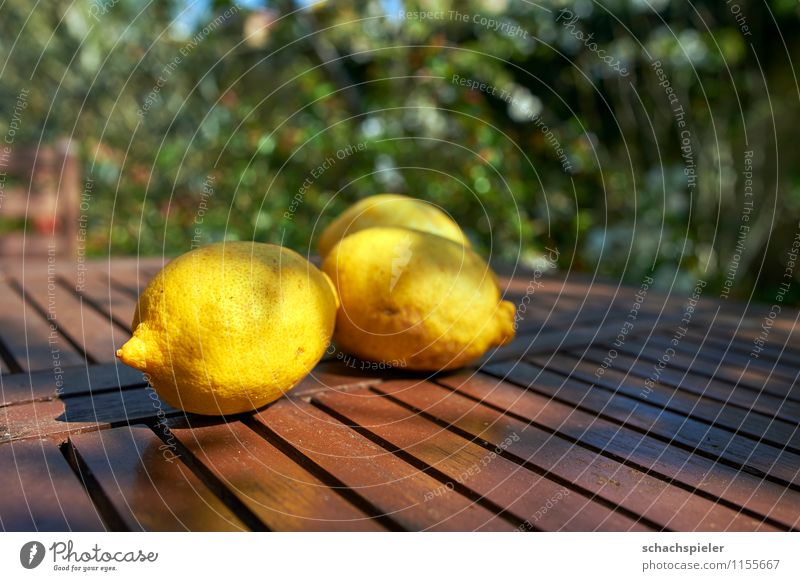 Vitamin C aufgetischt I Lebensmittel Frucht Zitrone Tischplatte frisch Gesundheit saftig braun gelb grün genießen Farbfoto Außenaufnahme Menschenleer Tag