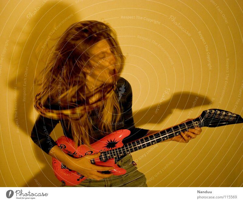 YEAH Jugendliche Freude Spielen sprechen träumen Musik lustig rosa hoch Erfolg Körperhaltung Konzert Rockmusik schreien Gitarre Starruhm