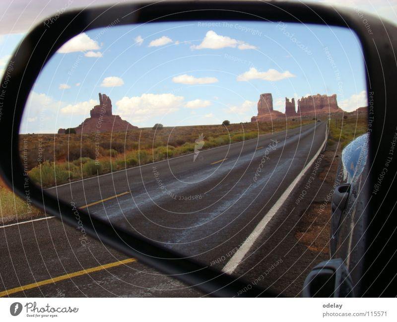 objects in mirror Himmel PKW Sand Felsen Erde USA Wüste Autobahn Arizona Utah Rückspiegel Monument Valley