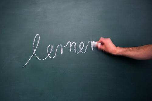 lernen Kindererziehung Bildung Schule Klassenraum Tafel Schulkind Schüler Lehrer Erfolg Mensch maskulin Hand Schriftzeichen schreiben klug Freude Zufriedenheit