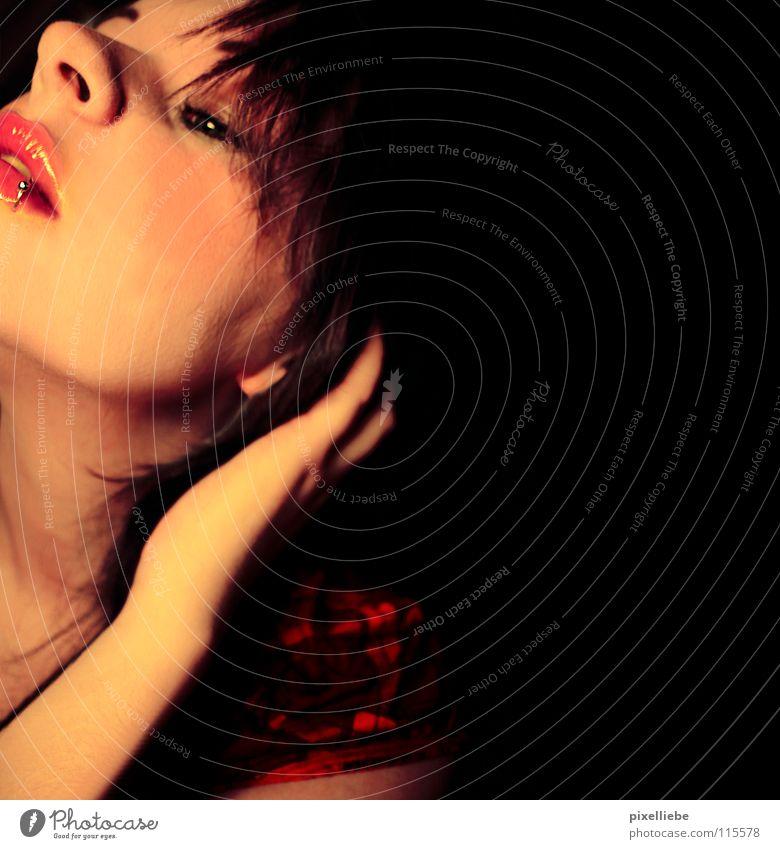 Tauchen im Schatten dunkel schwarz zart rot errötet Frau