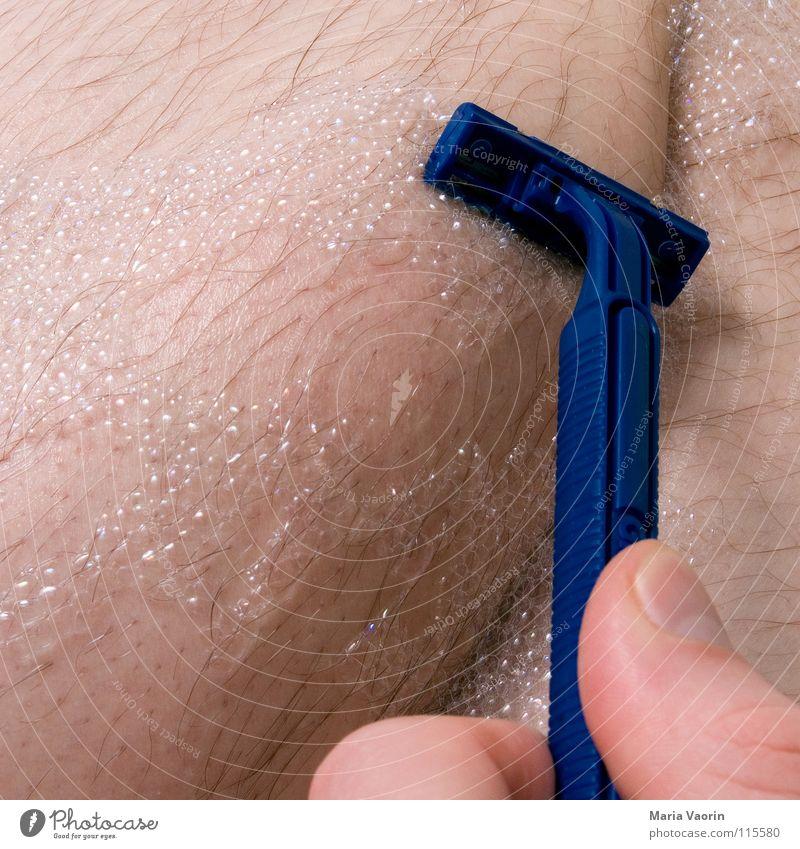 Schaumrasur Rasieren Rasierklinge Bad geschnitten rasiert Nassrasur Körperpflege Mann maskulin Männerbein Männerhaare schön Wasser Haare & Frisuren