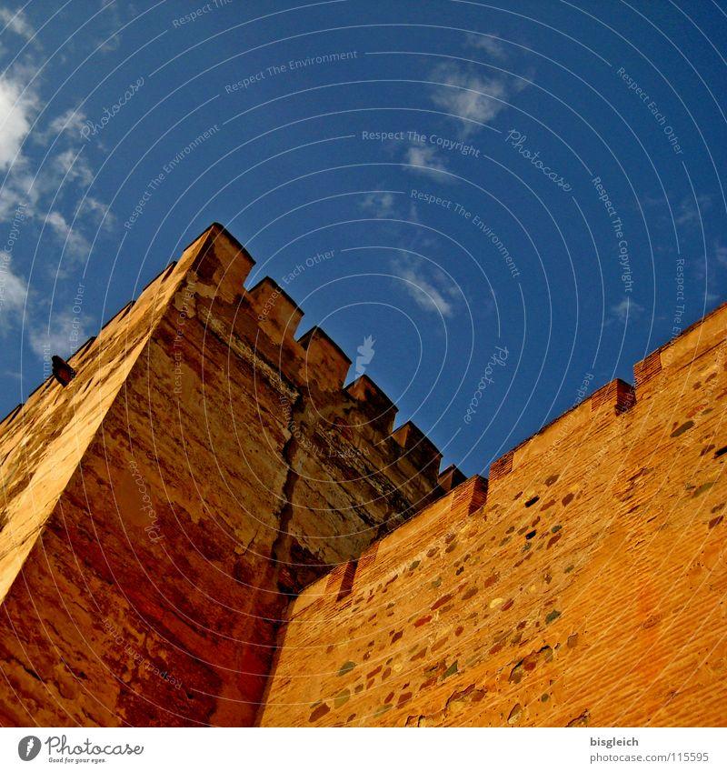 Alhambra-Türme, Granada (Spanien) Farbfoto Außenaufnahme Menschenleer Textfreiraum oben Froschperspektive Himmel Europa Ruine Turm Wahrzeichen Denkmal