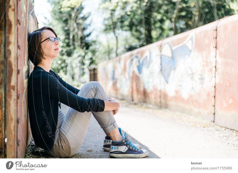 Schattenplatz Lifestyle Stil Freizeit & Hobby Freiheit Mensch feminin Junge Frau Jugendliche Erwachsene Leben 1 18-30 Jahre Brille Turnschuh brünett sitzen