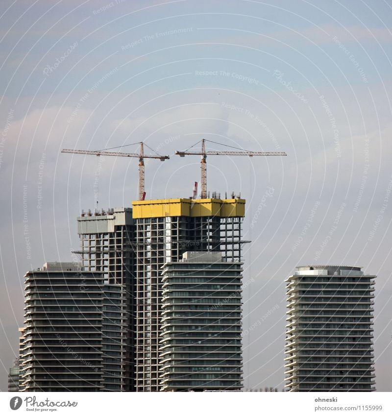 Baustelle Arbeit & Erwerbstätigkeit Stadt Skyline Haus Hochhaus Bauwerk Architektur Fassade Kran bauen Konkurrenz Termin & Datum Wachstum Wandel & Veränderung