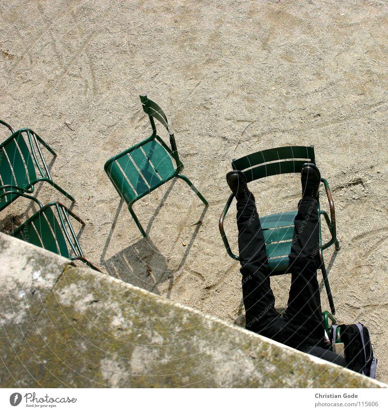 Nickerchen Paris Park Louvre Frankreich Pause schlafen Siesta Stuhl Mauer grün Kies Brunnen Mittagsschlaf Halbschlaf Erholung Mann schwarz Schuhe Platz