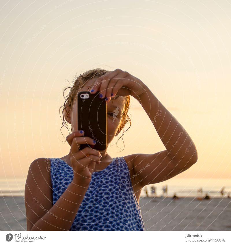 Selfie am Strand Ferien & Urlaub & Reisen Tourismus Ausflug Ferne Freiheit Sommer Sommerurlaub Sonne Meer Mensch feminin Mädchen Kindheit 1 8-13 Jahre