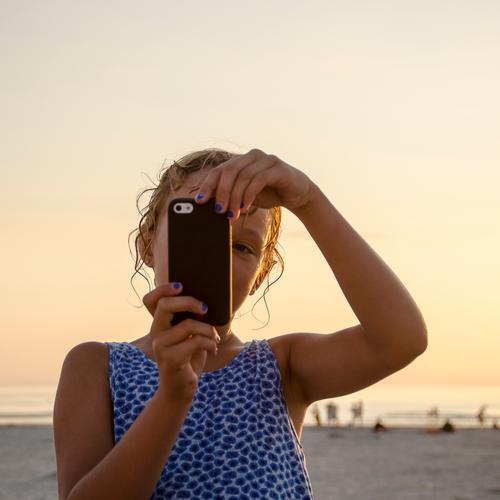 Selfie am Strand Mensch Kind Ferien & Urlaub & Reisen Sommer Sonne Erholung Meer Freude Mädchen Ferne feminin Glück Freiheit Tourismus Kindheit