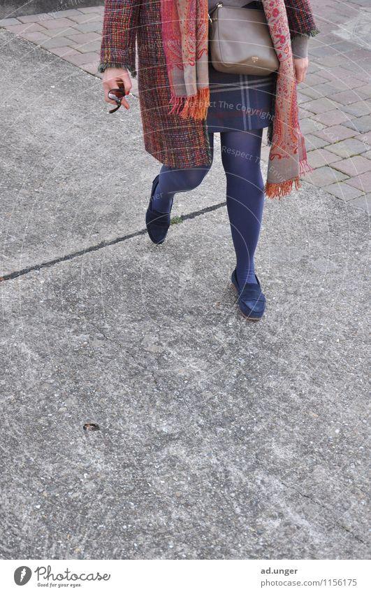 Beinportrait feminin Frau Erwachsene Weiblicher Senior Mutter Beine 1 Mensch 45-60 Jahre Dorf Sehenswürdigkeit Beton Bewegung entdecken Ferien & Urlaub & Reisen