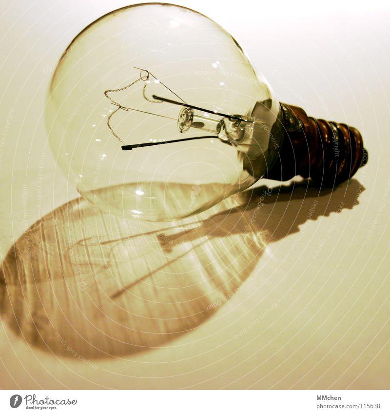 Mach mal Licht an dunkel hell Metall Glas Energiewirtschaft Macht Technik & Technologie kaputt drehen Glühbirne Haushalt letzte Schwarzweißfoto ausschalten