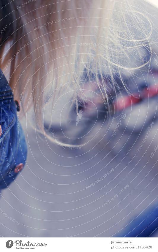 Wind feminin Junge Frau Jugendliche Erwachsene Kopf Haare & Frisuren 1 Mensch 18-30 Jahre blond langhaarig laufen Farbfoto Gedeckte Farben Außenaufnahme