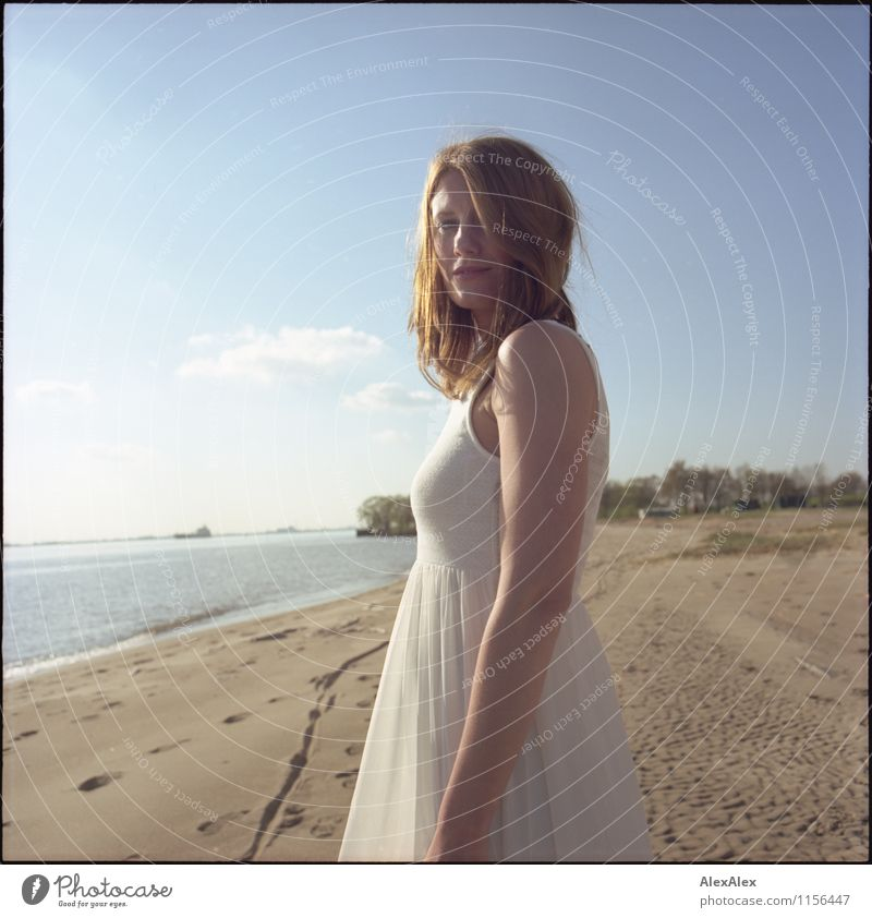 Portrait am Fluß Ausflug Abenteuer Freiheit Sommer Sonne Strand Junge Frau Jugendliche 30-45 Jahre Erwachsene Landschaft Sand Schönes Wetter Flussufer Kleid