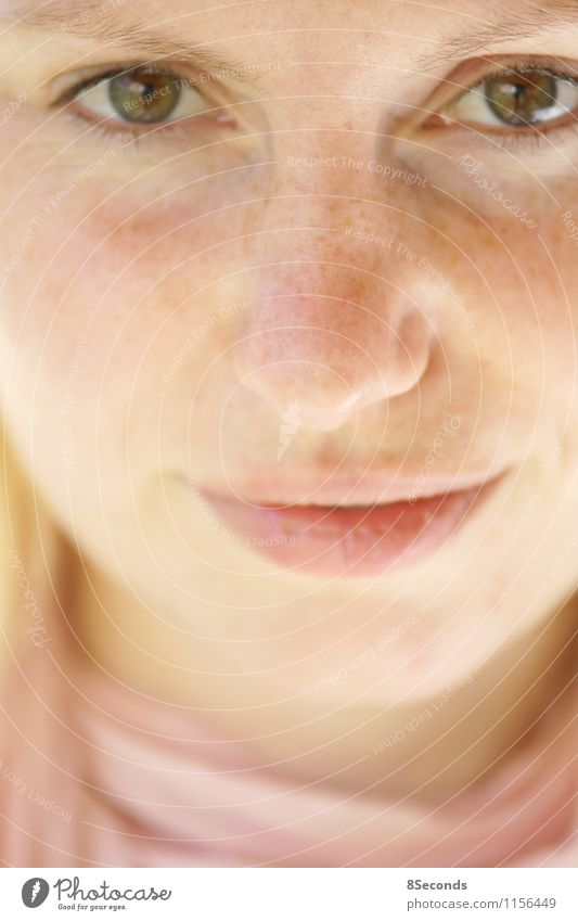 sommersprossen Mensch Frau Jugendliche schön 18-30 Jahre Erwachsene Gesicht gelb Auge Wärme Gefühle feminin natürlich Glück hell rosa