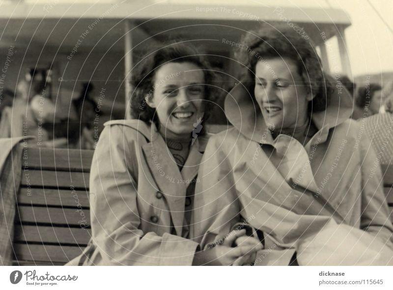 """Früher...Vol.02 """" EIN TAG AM SEE™ """" Frau Freude Erholung lachen See Luft Freundschaft Wasserfahrzeug Wellen Wind Jahr Dame Amerika grinsen Bayern Mantel"""