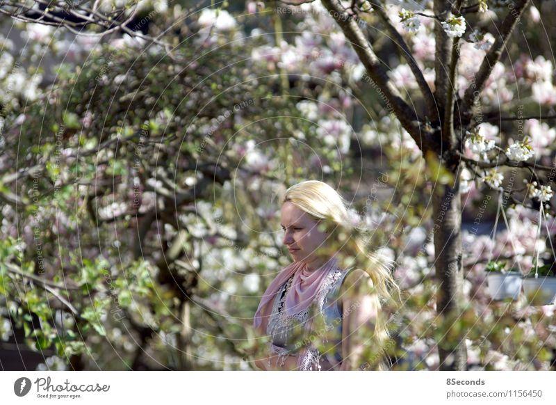 im garten Mensch Frau Natur Jugendliche schön grün Sonne Erholung 18-30 Jahre Erwachsene Wärme Frühling feminin natürlich Glück Garten