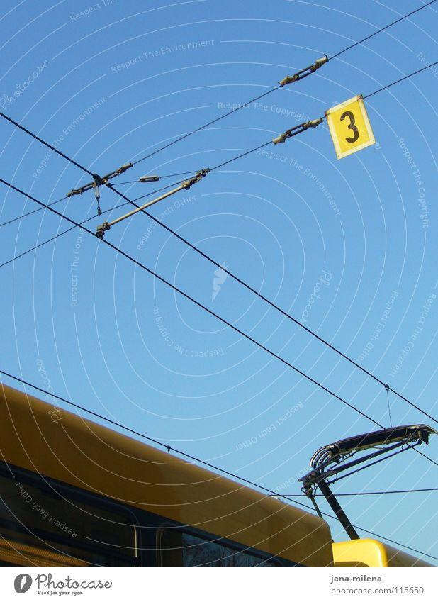 Wohin soll die Reise gehen? Himmel blau Winter gelb kalt Linie Deutschland Rücken Schilder & Markierungen 3 Verkehr fahren Ziffern & Zahlen Klarheit U-Bahn