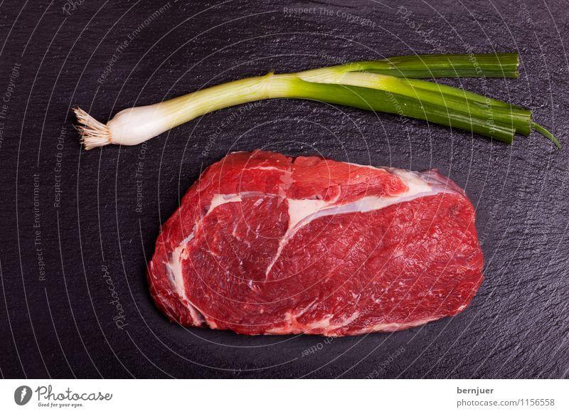 Frühlingssteak Lebensmittel Fleisch Gemüse Bioprodukte gut lecker authentisch Rinderlende Steak Rindersteak Frühlingszwiebel roh Schiefer Fett marmoriert frisch