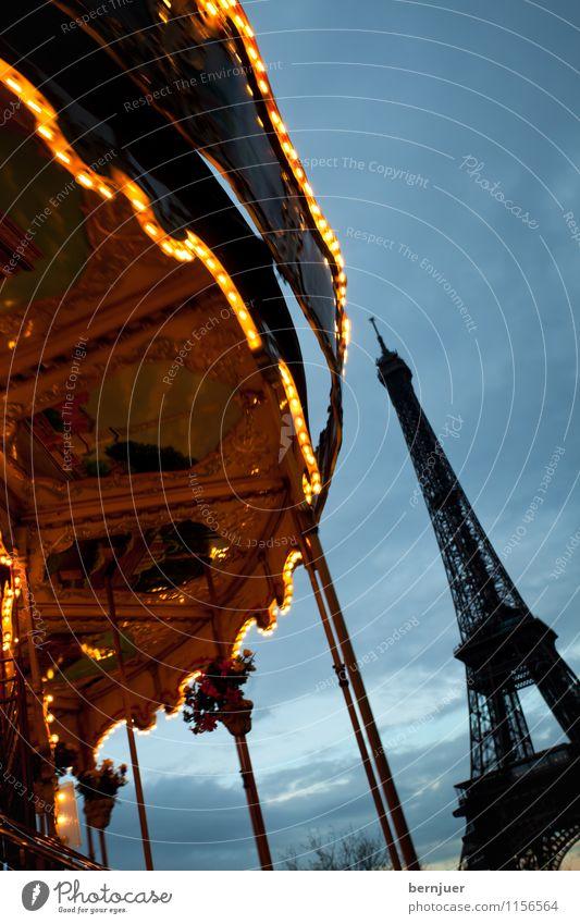 Karussell Stadt Hauptstadt Sehenswürdigkeit Denkmal Tour d'Eiffel drehen Bekanntheit blau gold Zufriedenheit Licht Bewegung Paris Wolken Himmel Illumination alt