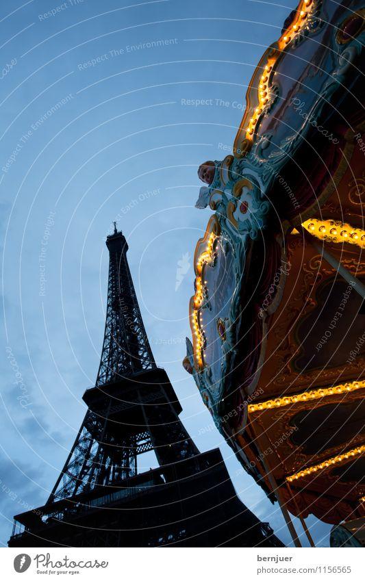 Eiffel Sehenswürdigkeit Wahrzeichen Tour d'Eiffel einzigartig blau gelb Karussell Paris Frankreich Blauer Himmel blaue Stunde Menschenleer Beleuchtung