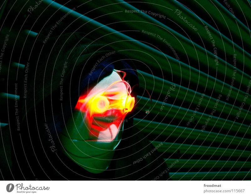 Augenlicht Hongkong Schichtarbeit Langzeitbelichtung Frisbee Cottbus gruselig rot gelb grün Kapuze diagonal Verbundenheit psychotisch dunkel Porträt unheimlich
