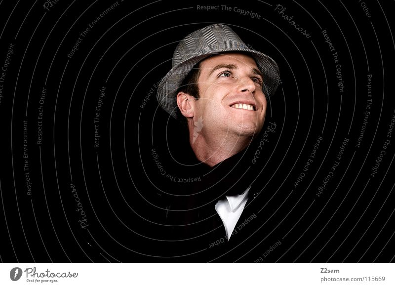 SMILE grinsen gestellt Porträt Mann maskulin Schal schwarz dunkel klassisch Fröhlichkeit schick Model lachen Hut Gesicht face Glück Körperhaltung