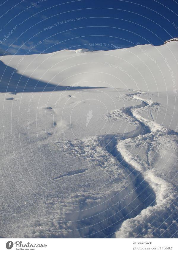 what a day Tiefschnee Schneespur Schneekristall Wechte Bergkamm Skitour Winter Blauer Himmel Pulverschnee Kurve Wellenform Menschenleer Außenaufnahme
