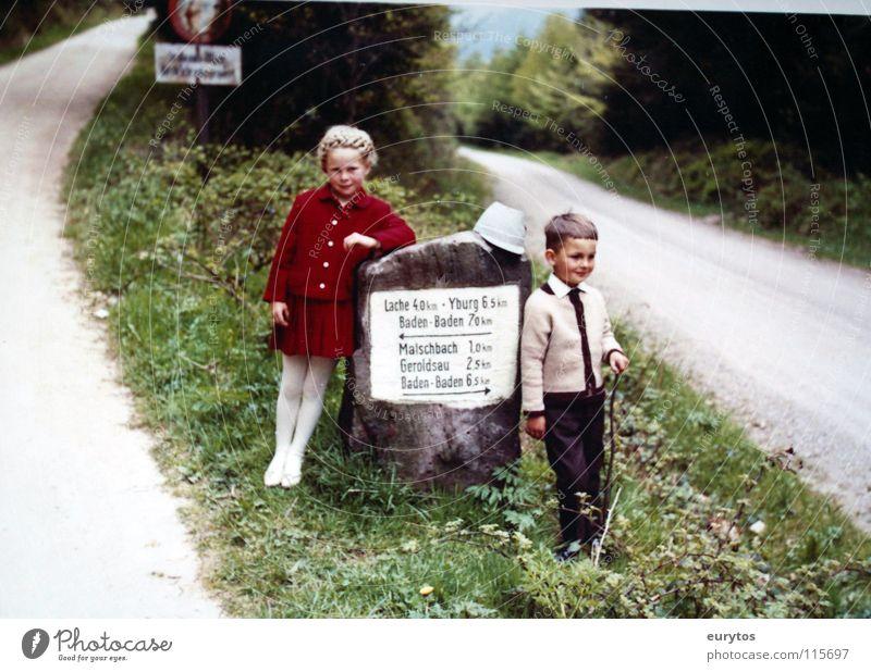 der Weg ist das Ziel. Kind grün rot Mädchen Ferien & Urlaub & Reisen Straße Junge Wege & Pfade Familie & Verwandtschaft blond Schilder & Markierungen wandern süß Ziel Dorf Hut