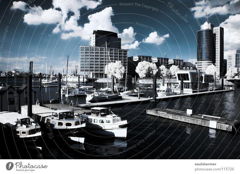 Hafen in IR Personenzug Infrarotaufnahme Farbinfrarot Baum Holzmehl Wasserfahrzeug Haus Hafencity Stadt Hafenstadt Barkasse Meer Wolken schwarz weiß