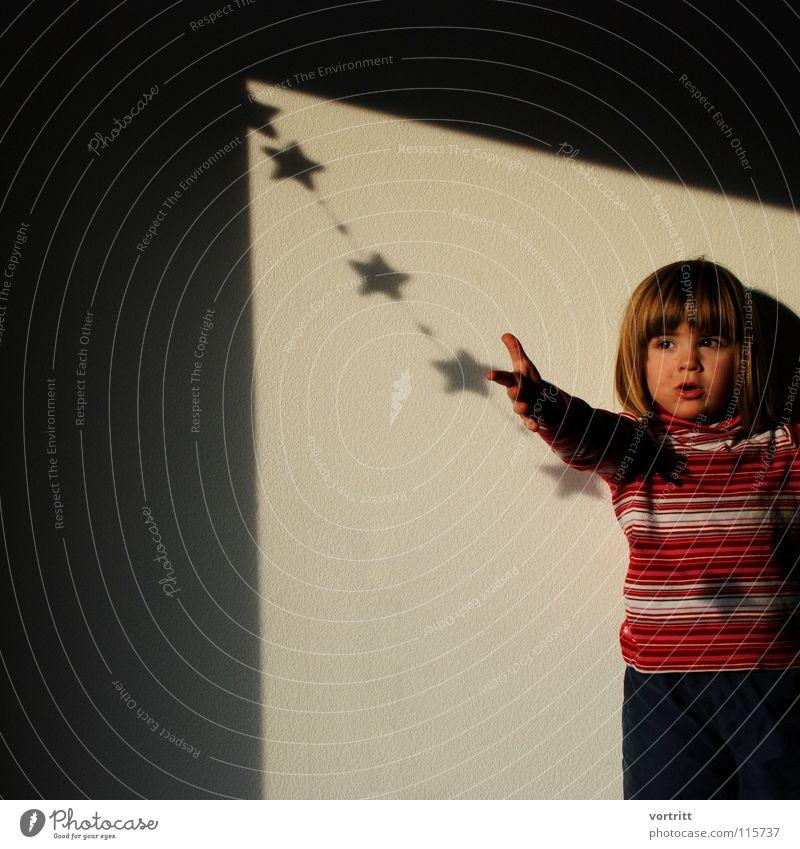 weihnachtskind Kind Weihnachten & Advent Mädchen Gefühle Lampe Stern (Symbol) Schatten festhalten fangen Mond Tradition Christkind
