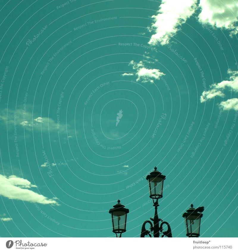 himmelleuchte alt Himmel blau Wolken Lampe hell hoch Italien Straßenbeleuchtung Venedig Symbole & Metaphern Dreizack
