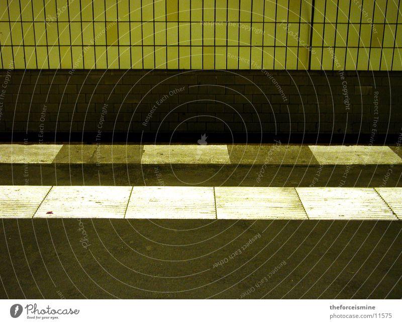 U-Bahnsteig dreckig Wand Architektur Fliesen u. Kacheln Streifenmuster Bodenbelag