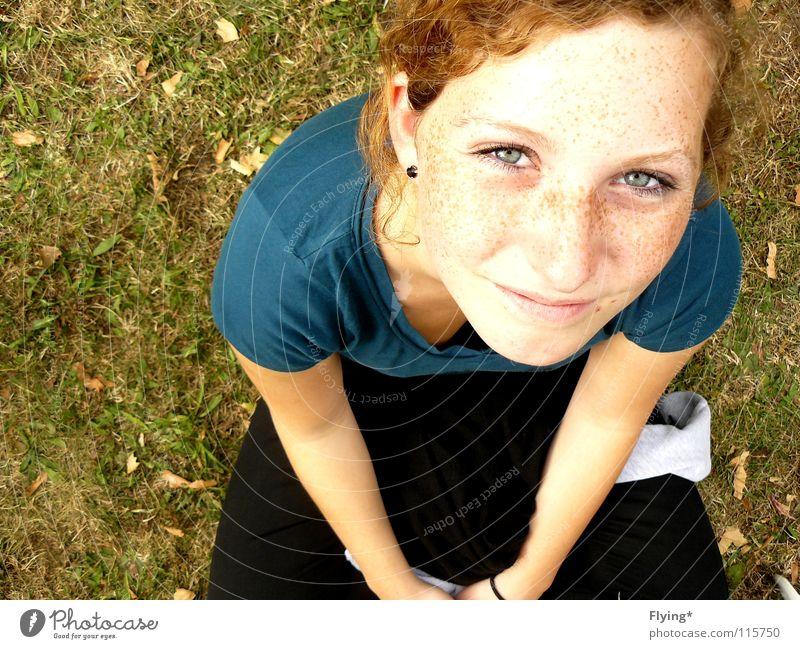 Selina Wiese Gras Porträt Sommersprossen Mädchen Frau schön Erwartung Neugier Freude Farbe Gesundheit blaue augen Locken hell lachen grinsen Kind Zufriedenheit