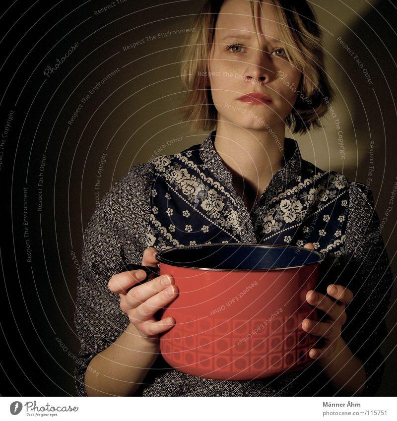 Hausfrauen-Blues. Frau kochen & garen Koch Küche Topf Gastronomie rot Zufriedenheit Leidenschaft Kopf Hut festhalten Feste & Feiern