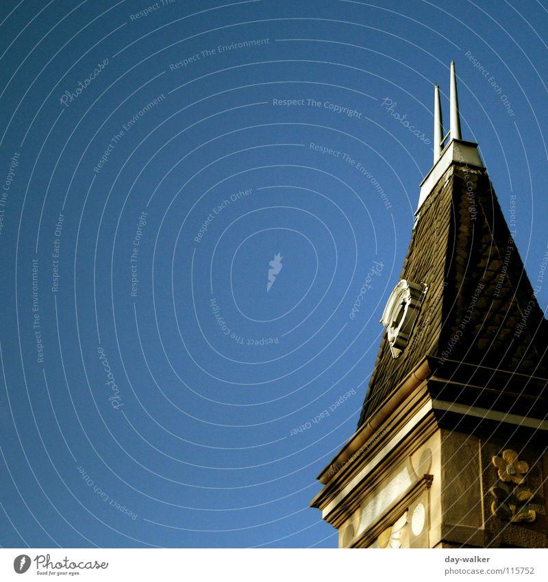 In der Ecke stehen Himmel Haus Einsamkeit Ferne dunkel Fenster hell hoch verrückt Dach Turm Spitze Backstein aufwärts Belichtung