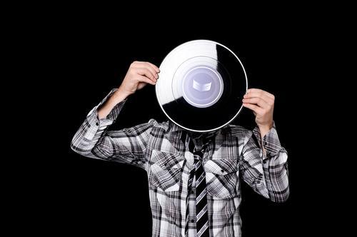 plattenkopf II Hemd violett Logo Selbstportrait Schallplatte Musik Tonträger alt Porträt Mann Mensch Muster Hand stehen böse Studioaufnahme hören Stil Freak