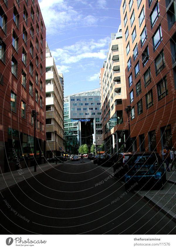 Häuserschlucht Mensch Straße Berlin Architektur Verkehr Blauer Himmel Sony Center Berlin Potsdamer Platz
