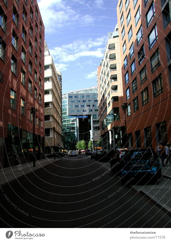 Häuserschlucht Sony Center Berlin Potsdamer Platz Verkehr Architektur Straße Mensch Blauer Himmel