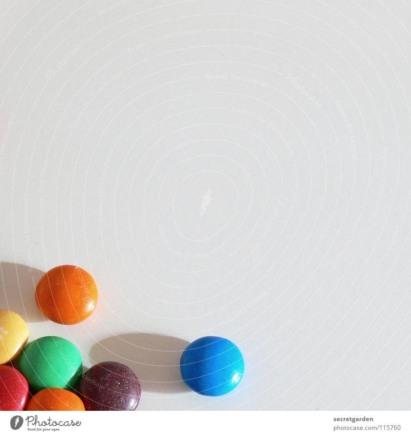 pillenwurf Schokolade Schokolinsen rot gelb grün Überzug Zucker dünn Süßwaren weiß Tisch mehrfarbig Ernährung Pause klein Erinnerung Dekoration & Verzierung